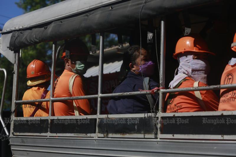 Construction workers return to their camp in Laksi district in Bangkok on Sunday. (Photo: Arnun Chonmahatrakool)