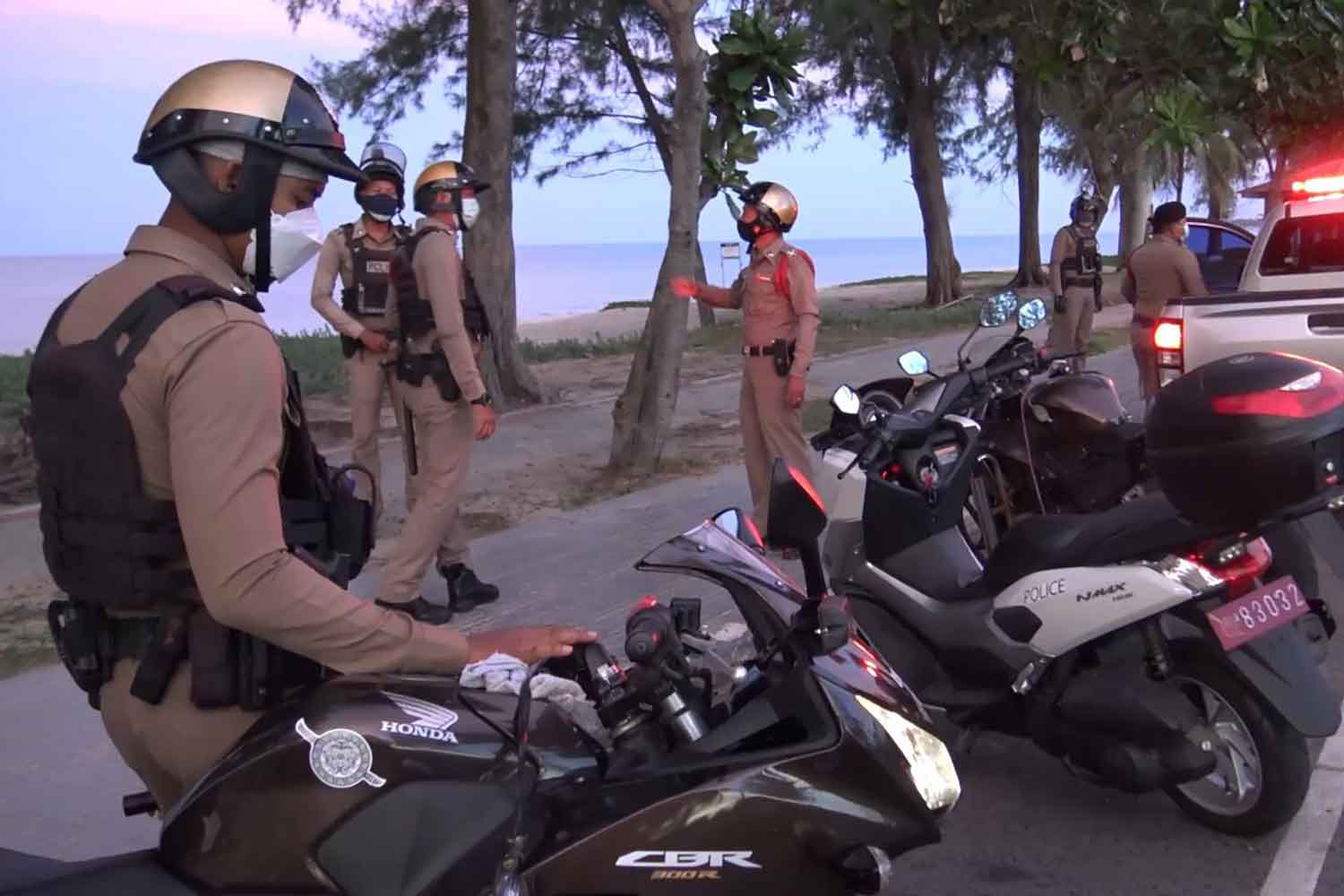 Police impose closure at Chalatat beach in Muang district of Songkhla on Tuesday. (Photo: Assawin Pakkawan)