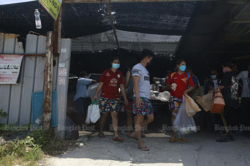 Meals are delivered to workers at a locked-down construction camp in Laksi district, Bangkok, on Thursday. (Photo: Arnun Chonmahatrakool)