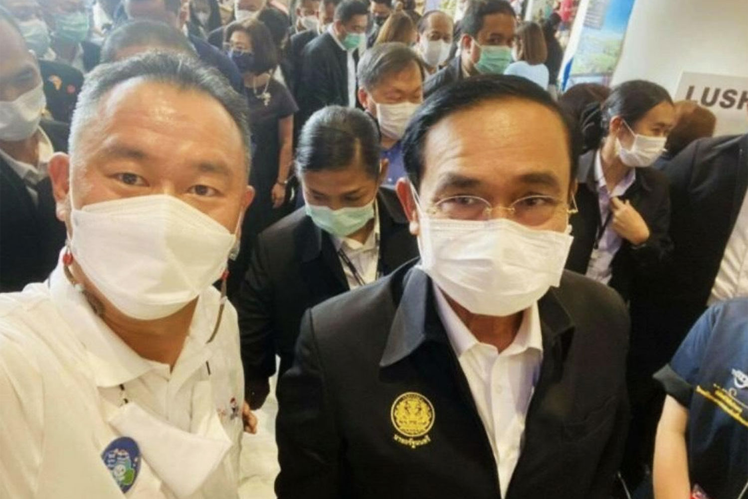 Surin Chamber of Commerce chairman Veerasak Pisanuwong, left, poses for a photo with Prime Minister Prayut Chan-o-cha during the Phuket reopening on July 1.(Facebook Photo)