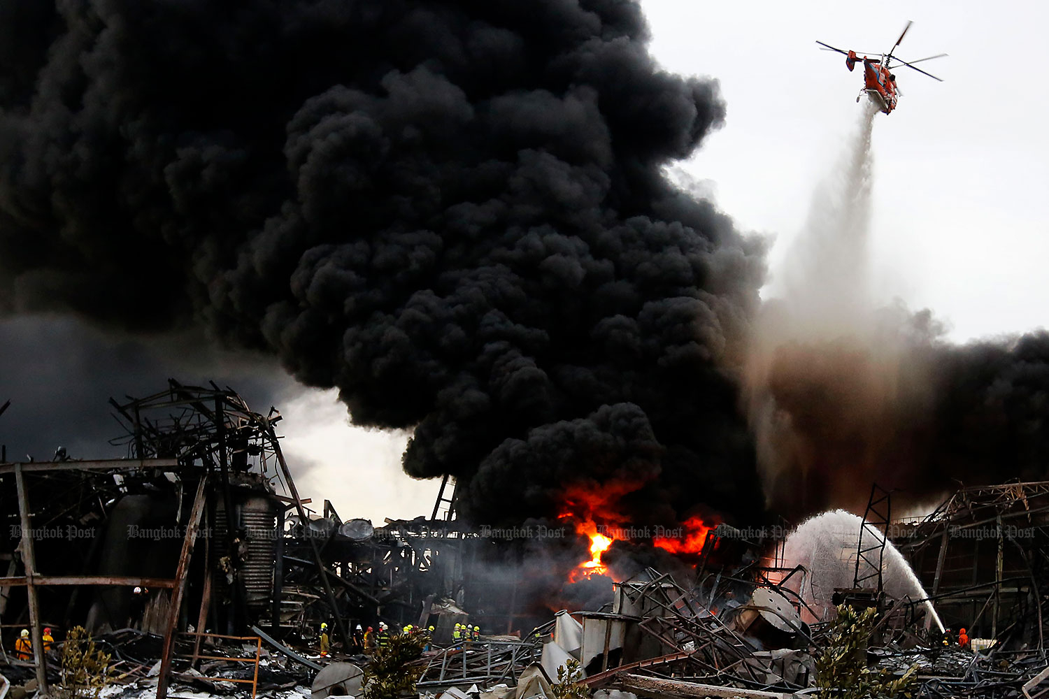 A helicopter drops fire-retardant foam to battle the chemical fire at Ming Dih Chemical Co factory in Samut Prakan that killed one rescuer and injured at least 39 and prompted the evacuation of people within a 5-km radius.(Photo: Wichan Charoenkiatpakul)