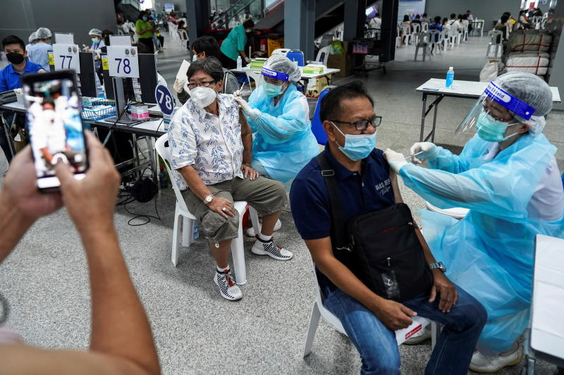 People receive the first dose of AstraZeneca vaccine at Bang Sue Grand Station on June 21, 2021. (Reuters photo)