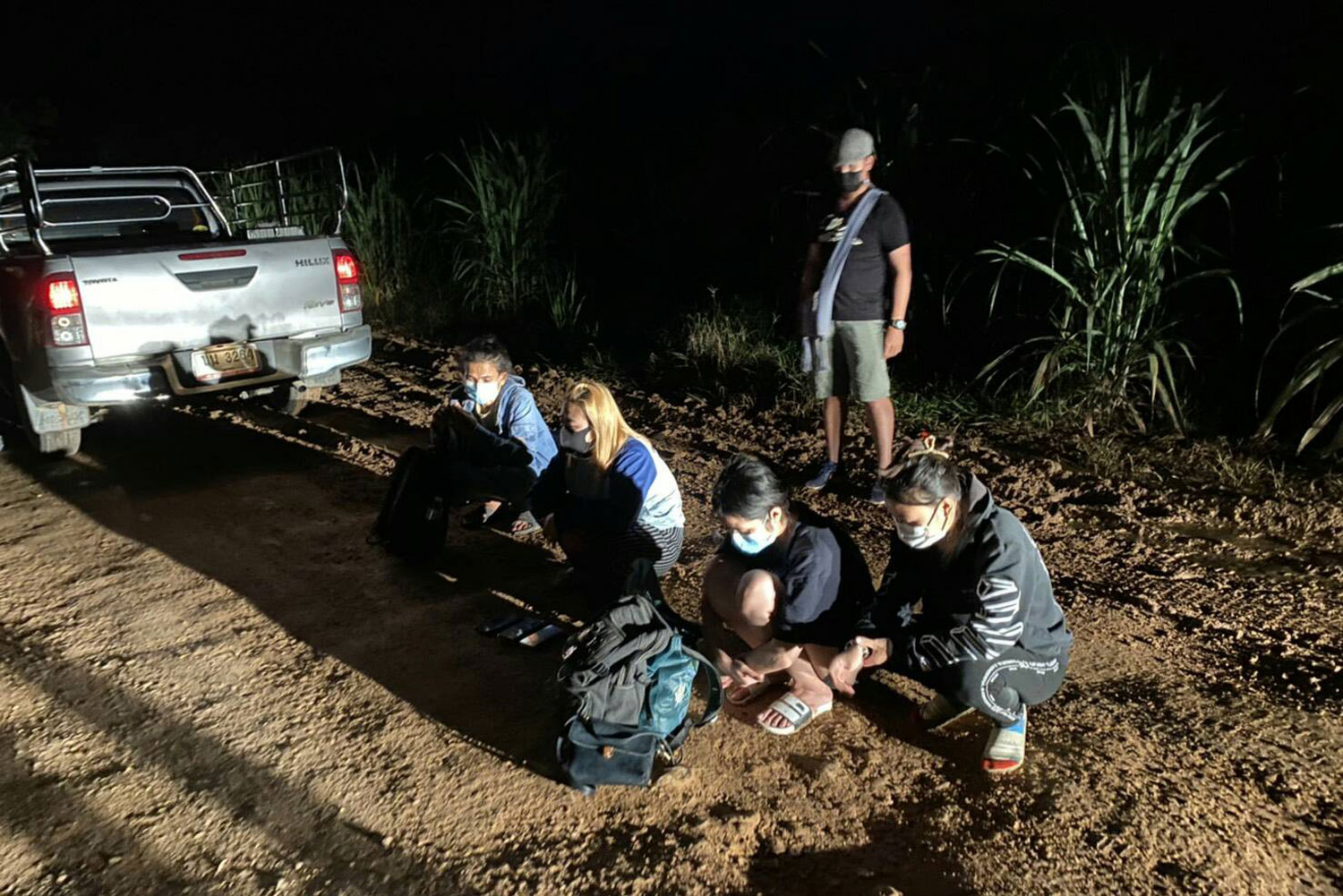 Illegal migrants and their Thai driver, caught near the Myanmar border in Mae Sot district, Tak, early on Tuesday. (Photo: Assawin Pinitwong)