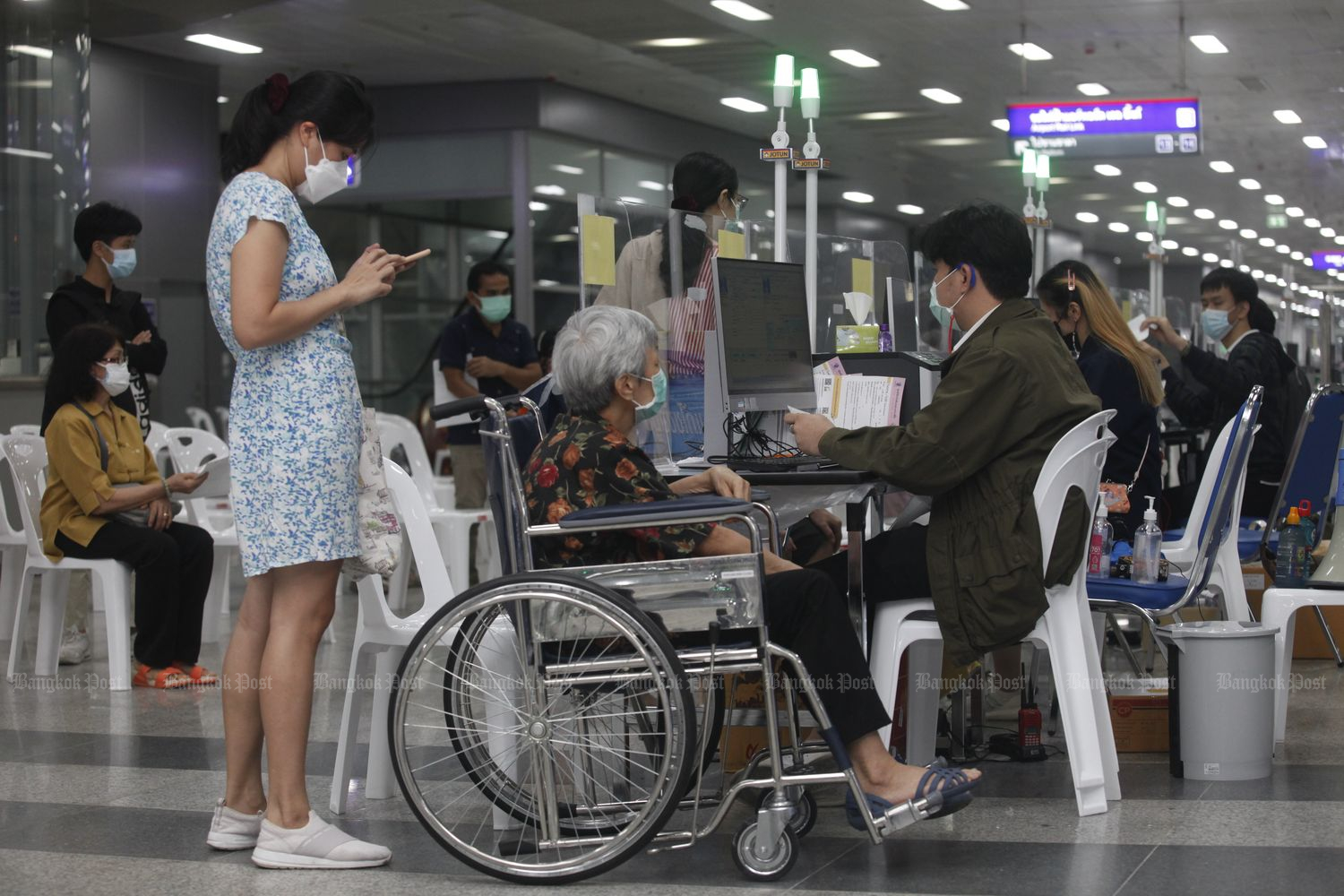 A womn receives a Covid-19 shot at the Bang Sue Grand Station in Bangkok on Tuesday. (Photo by Nutthawat Wicheanbut)