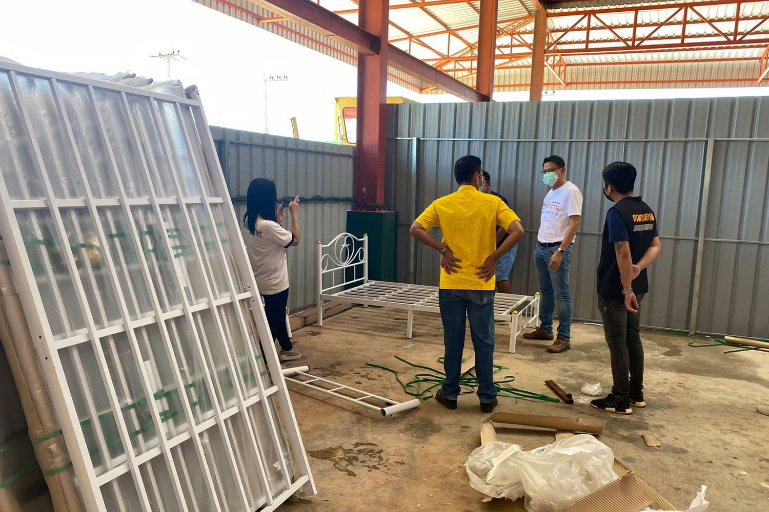 Workers set up another field hospital in Ban Phaeo district, Samut Sakhon province, as the province reports 544 new Covid-19 cases on Thursday. (Photo: Samut Sakhon provincial public relations Facebook page)