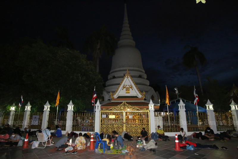 People spend the night outside Wat Phra Sri Maha That in Bang Khen district on Wednesday, waiting for queue tickets for free Covid-19 testing on Thursday. (Photo:  Varuth Hirunyatheb)