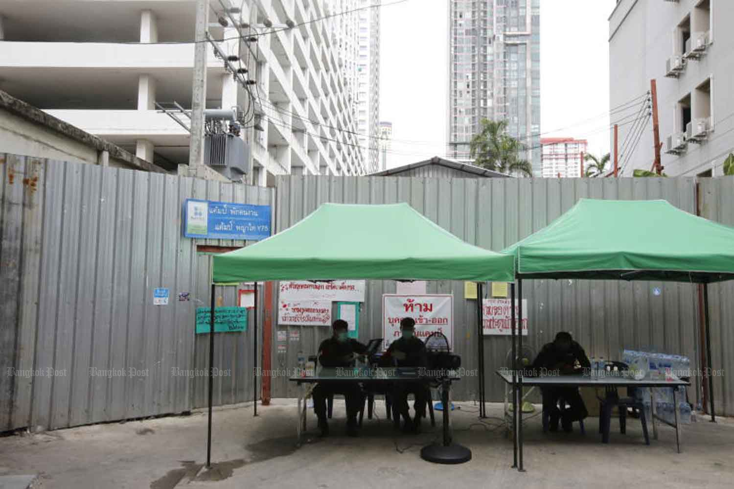 A construction site in Bangkok was ordered closed for one month from late last month to control Covid-19. The closure prompted many migrant workers to leave for their homeland. (Photo: Wichan Charoenkiatpakul)