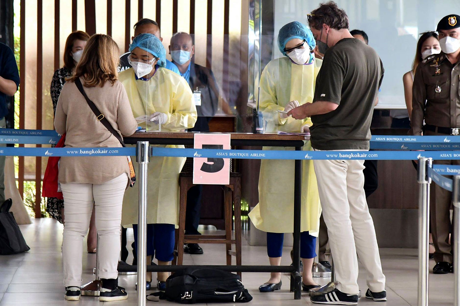 Foreign tourists undergo health checks upon arriving at Samui airport under the Samui Plus tourism scheme. (Ministry of Tourism and Sports photo)