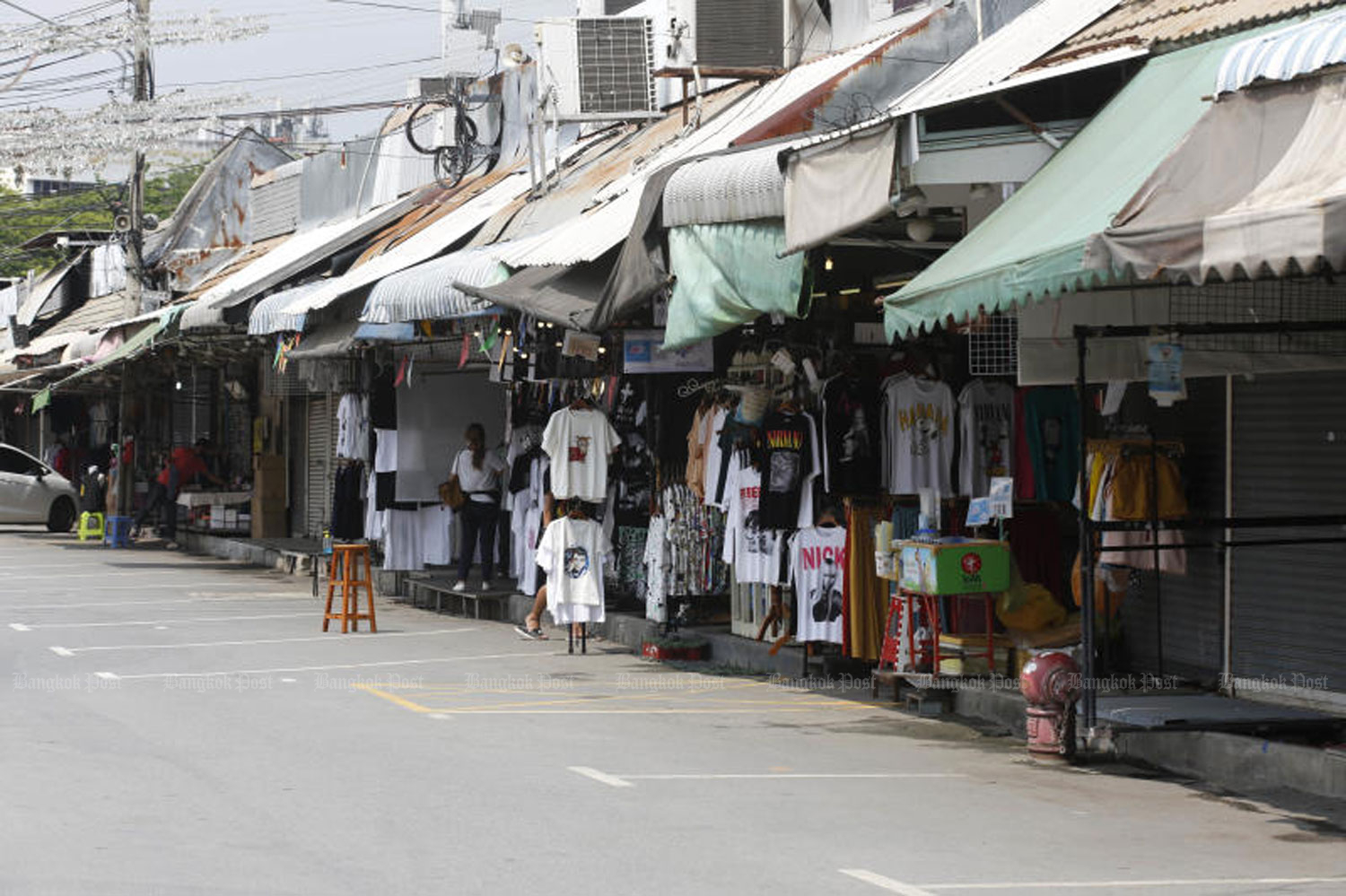 The Chatuchak weekend market is almost deserted on May 2 with most shops closed and shoppers absent because of coronavirus worries. (Bangkok Post file photo)