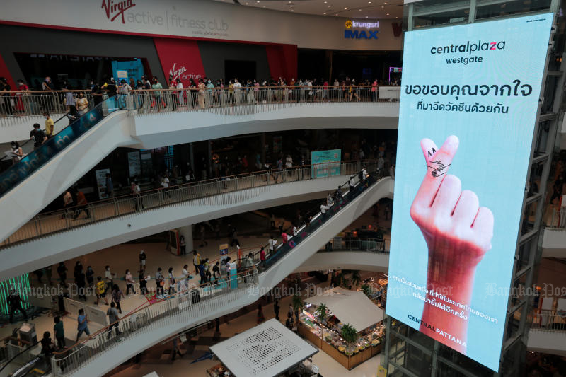 People flock to the Central Plaza Westgate in Nonthaburi on Friday for vaccination. (Photo: Chanat Katanyu)