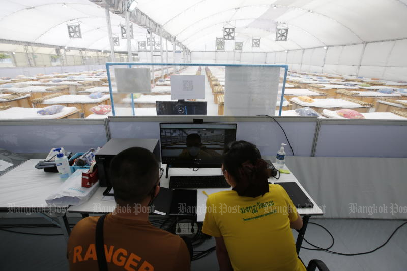 Officials conducts the final check at a new field hospital near Mongkutwattana Hospital on Changwattana Road in Lak Si district on Saturday. (Photo: Wichan Charoenkiatpakul)
