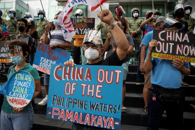 Activists stage a protest outside the Chinese Consulate, guarded by Philippine police, on the fifth anniversary of an international arbitral court ruling invalidating Beijing's historical claims over the waters of the South China Sea, in Makati City, Philippines, July 12, 2021. (Reuters file photo)