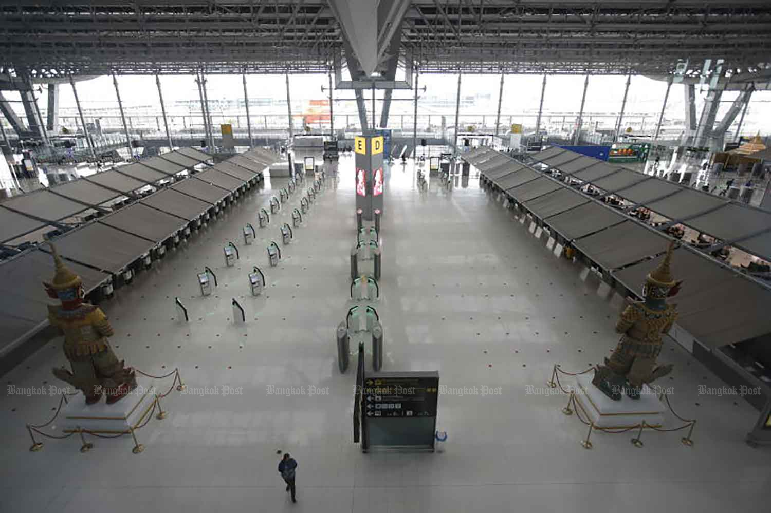 The departure hall at Suvarnabhumi airport is almost completely deserted on Monday after the Civil Aviation Authority of Thailand banned airlines from operating fligths to and from 'dark red' zones, including Bangkok, on Sunday. (Photo: Wichan Charoenkiatpakul)