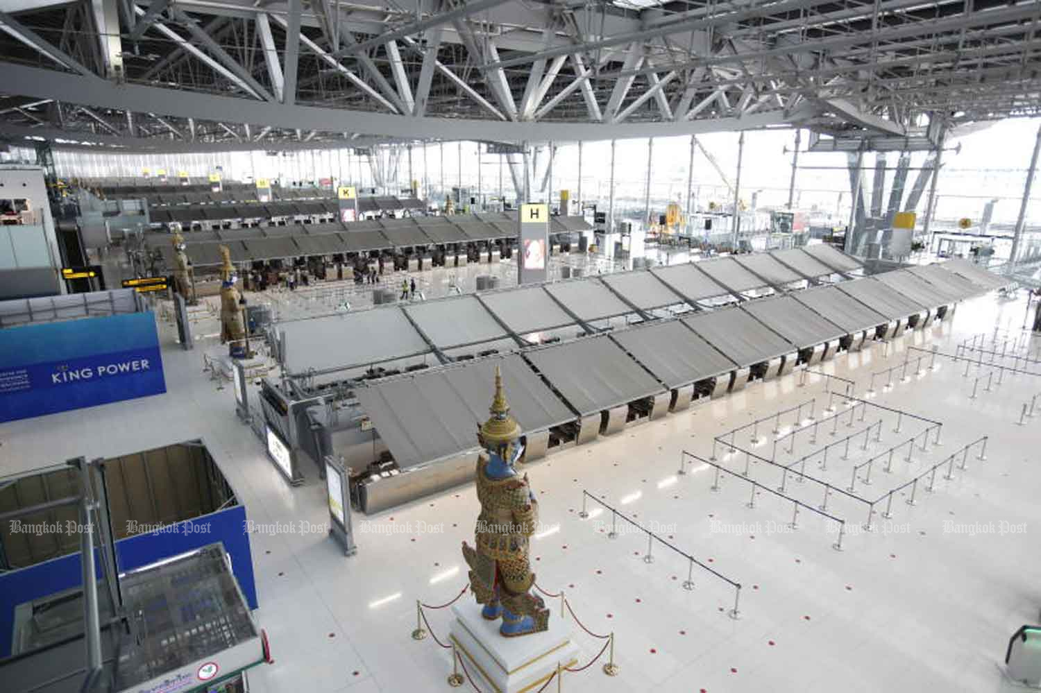 Suvarnabhumi airport appears nearly deserted on Monday. The Civil Aviation Authority of Thailand has banned airlines from operating domestic flights between dark-red zones, which includes Bangkok. (Photo: Wichan Charoenkiatpakul)