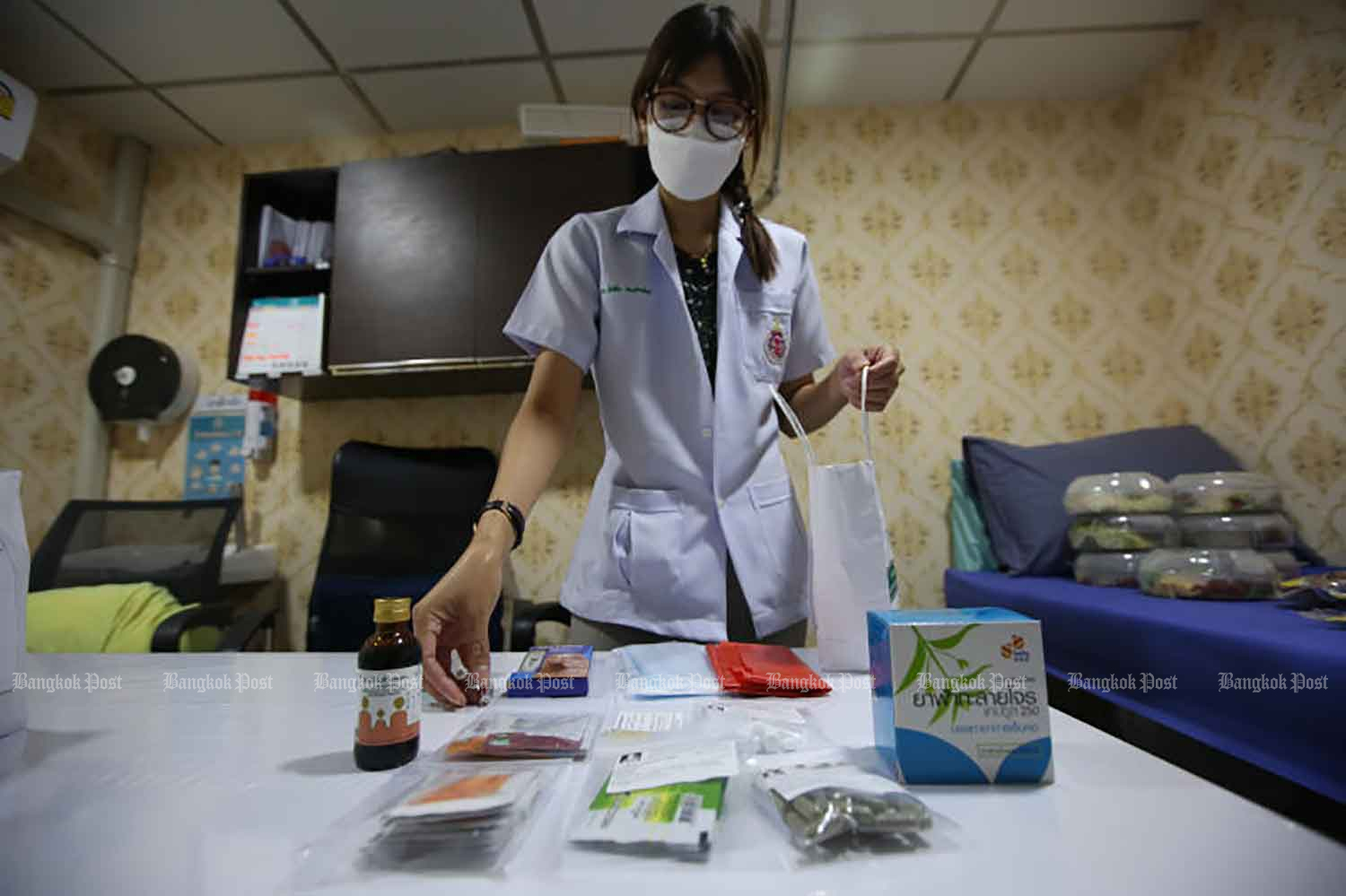 A doctor prepares medication to be delivered to Covid-19 patients under home isolation in Kannayao district of Bangkok on Wednesday. (Photo: Varuth Hirunyatheb)