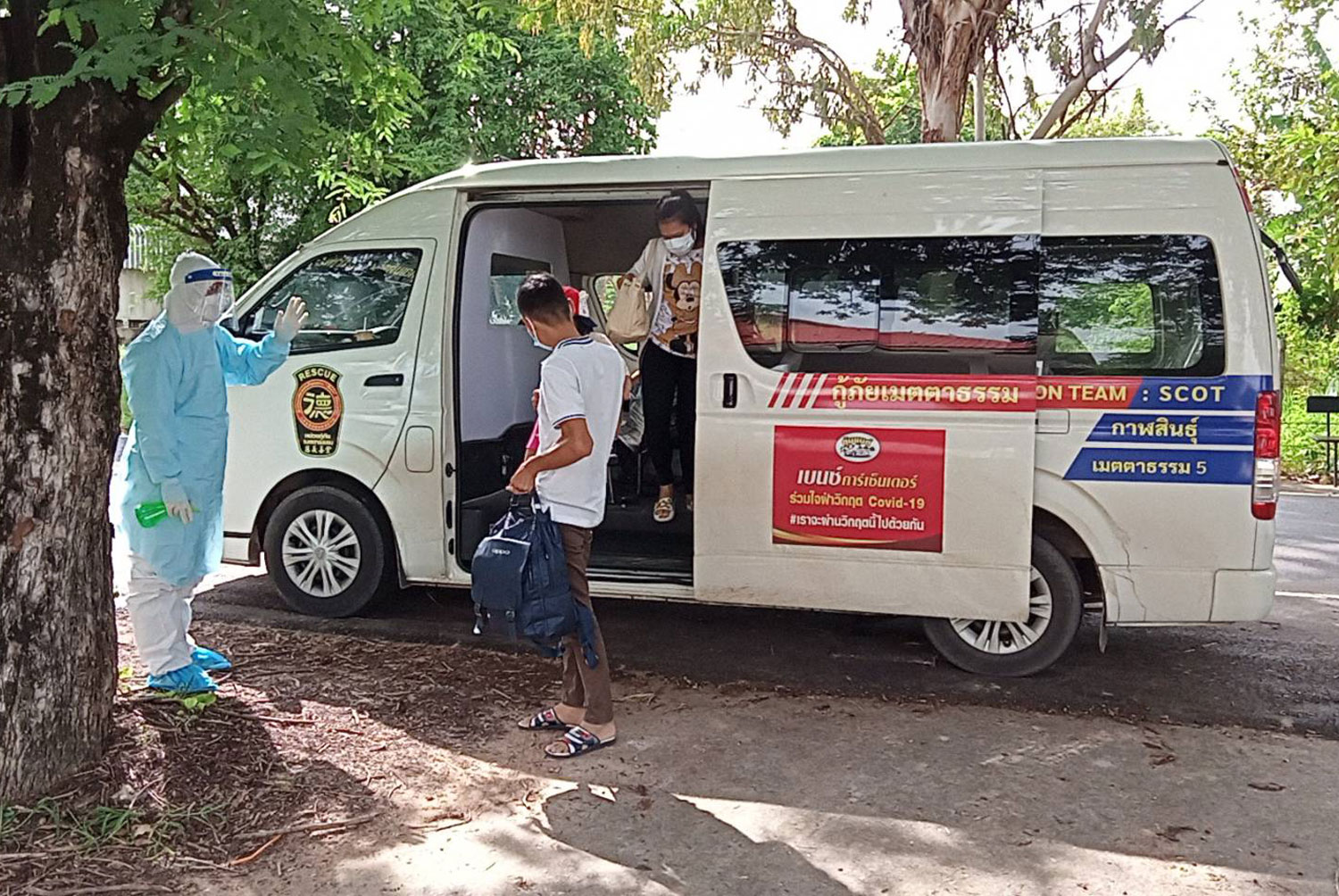 A rescue foundation van provides free transport for infected people in other provinces wanting to return to their home province of Kalasin for treatment. (Photo: Yongyuth Phuphuangpet)