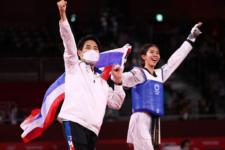 Panipak Wongphatthanakit celebrates winning gold with the Thai national flag in Chiba, Japan, on Saturday. (Reuters photo)