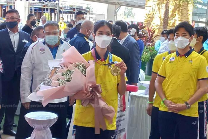 Thai gold medallist returns home