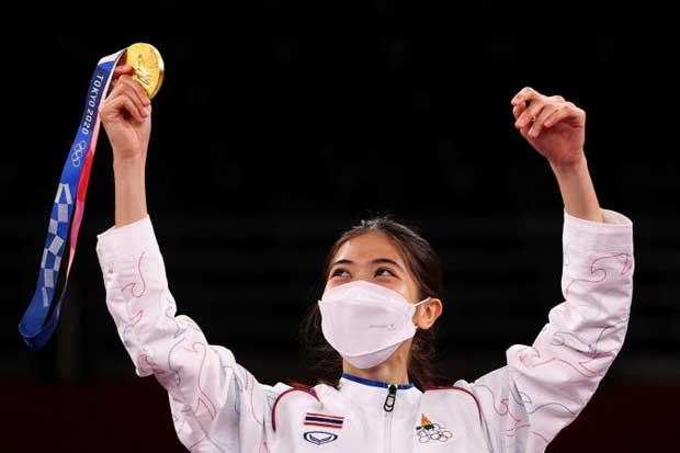 Panipak Wongpattanakit celebrates her Olympic gold medal on the podium in Tokyo on Saturday. The taekwondo star has been appointed an ambassador for sport and tourism. (Reuters photo)