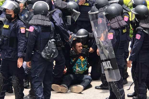 Protest leader arrested outside police bureau
