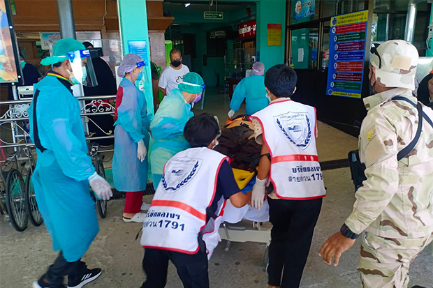 Medics and rescue volunteers rush Pipat Prabchompu into Sungai Padi Hospital in Narathiwat on Monday, after his leg was blown off and a woman companion was injured by a bomb in a rubber plantation. (Photo: Abdullah Benjakat)