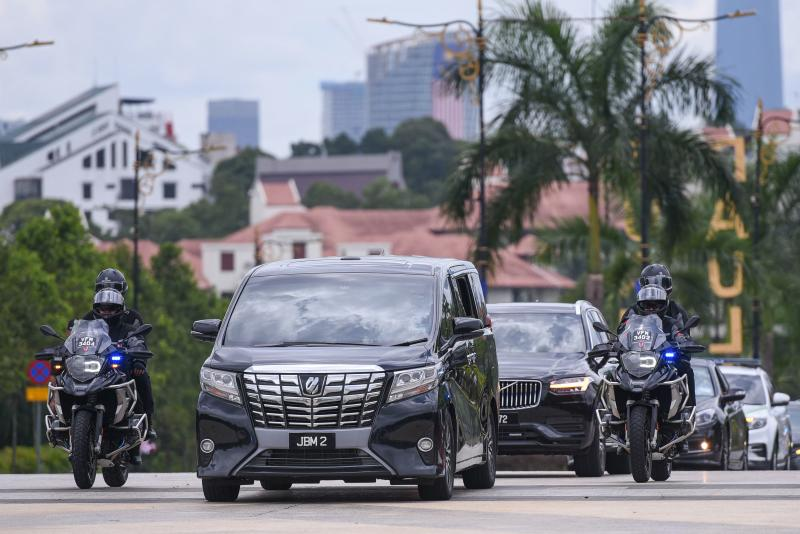 A vehicle carrying Malaysia's Prime Minister Muhyiddin Yassin arrives at the National Palace in Kuala Lumpur before he resigned on Monday. (AFP photo)