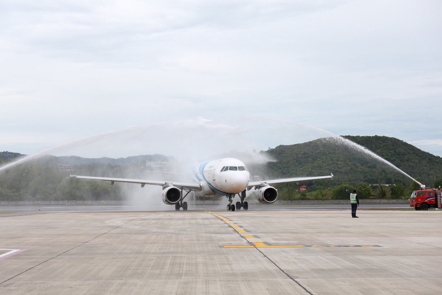 Fire engines spray water over a Bangkok Airways plane bringing the first group of foreign visitors to Koh Samui. (File photo: Supapong Chaolan)