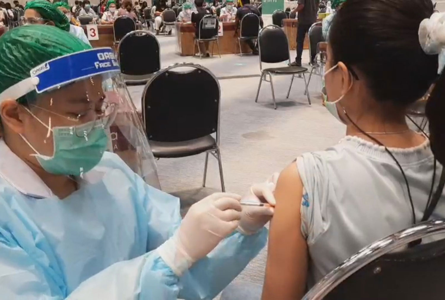 A health official administers a Covid-19 vaccine to a woman at CentralPlaza Nakhon Ratchasima shopping mall in Muang district, Nakhon Ratchasima on Sunday. (Photo: Prasit Tangprasert)