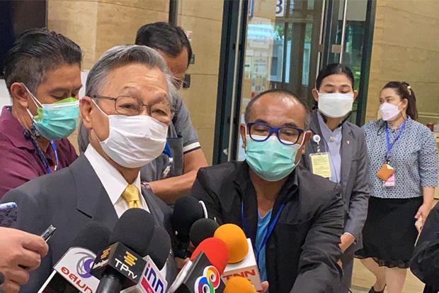 ็House Speaker Chuan Leekpai talks to reporters in Parliament on Saturday about the decision to vote on the budget draft bill that day. (TP channel Facebook account)