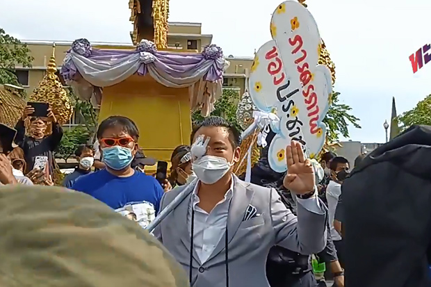 Tanat Thanakitamnuay, the wealthy activist who lost an eye during a police crackdown on a demonstration in Din Daeng, joins a Thalufah rally to oust Prime Minister Prayut Chan-o-cha near Democracy Monument in Bangkok on Sunday. (Image captured from Thalufah Facebook Live stream)