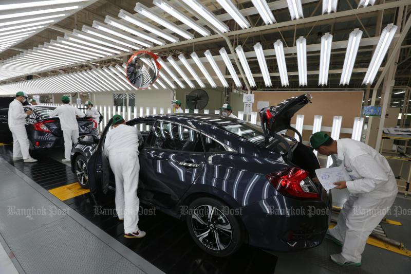 FILE PHOTO: Men work at a Honda plant in Prachin Buri in May 2016. (Bangkok Post photo)