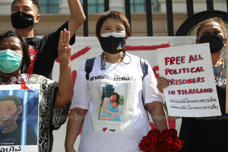 Sureerat Chiwarak, the mother of Thammasat University student Parit, and other activists outside the Justice Ministry on Monday, calling for the transfer of her Covid-infected son and another detained activist to a hospital outside the prison system. (Photo: Arnun chonmahatrakool)