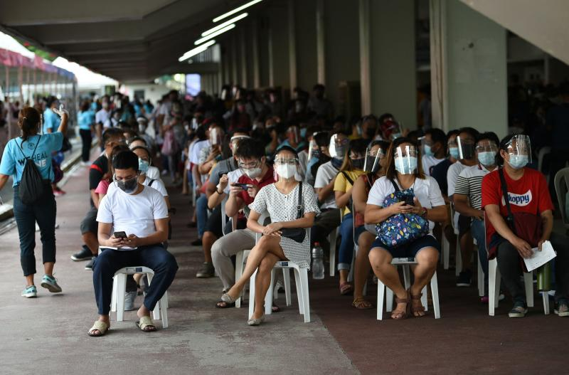 Residents queue for vaccination in Marikina City, suburban Manila on Aug 6, 2021, as authorities imposed another lockdown to slow the spread of the hyper-contagious Delta variant and ease pressure on hospitals while trying to avoid crushing economic activity. (AFP file photo)