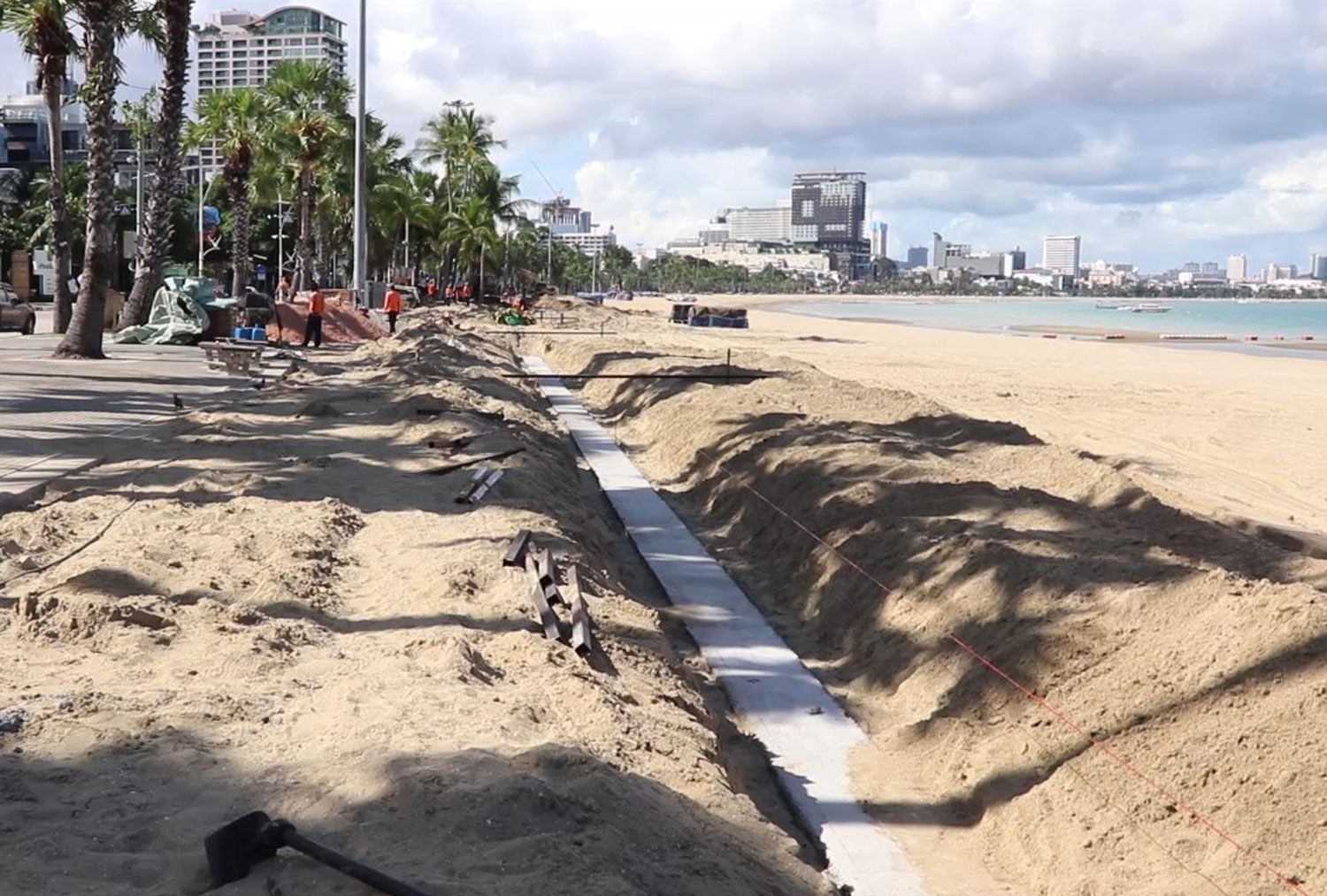 A concrete wall under construction on Pattaya Beach for a planned recreational area. The Marine Department has ordered the suspension of the work. (Photo: Chaiyot Pupattanapong)