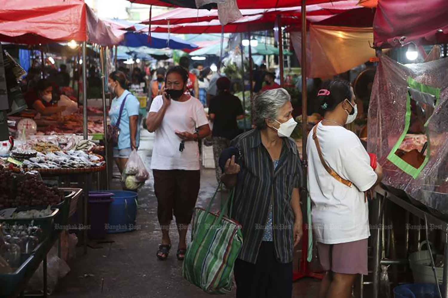 Daily shopping in Bang Buathong district of Nonthaburi on Wednesday. Some shoppers were seen without face masks even as the Department of Health ramps up public health measures at wet markets and conducts mass testing to control Covid-19. (Photo: Pattarapong Chatpattarawsill)