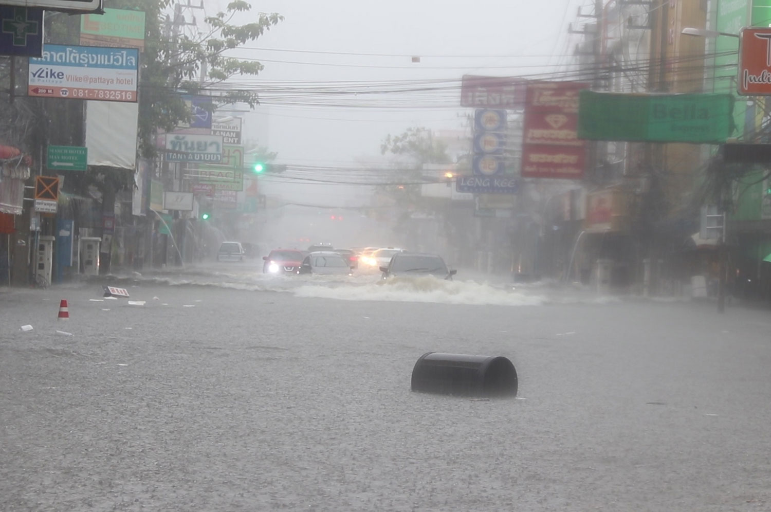 Pattaya town is flooded as heavy rain pounds the beach city and other areas of Bang Lamung district, Chon Buri, on Friday. (Photo: Chaiyut Pupattanapong)