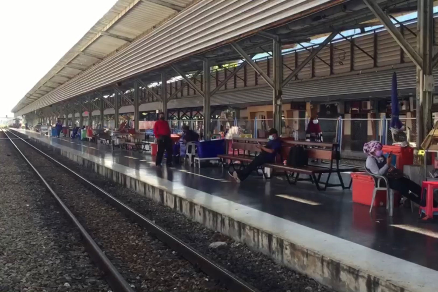 Fewer passengers than usual wait for a train at the Hat Yai railway junction in Songkhla on Sunday morning. (Photo: Assawin Pakkawan)