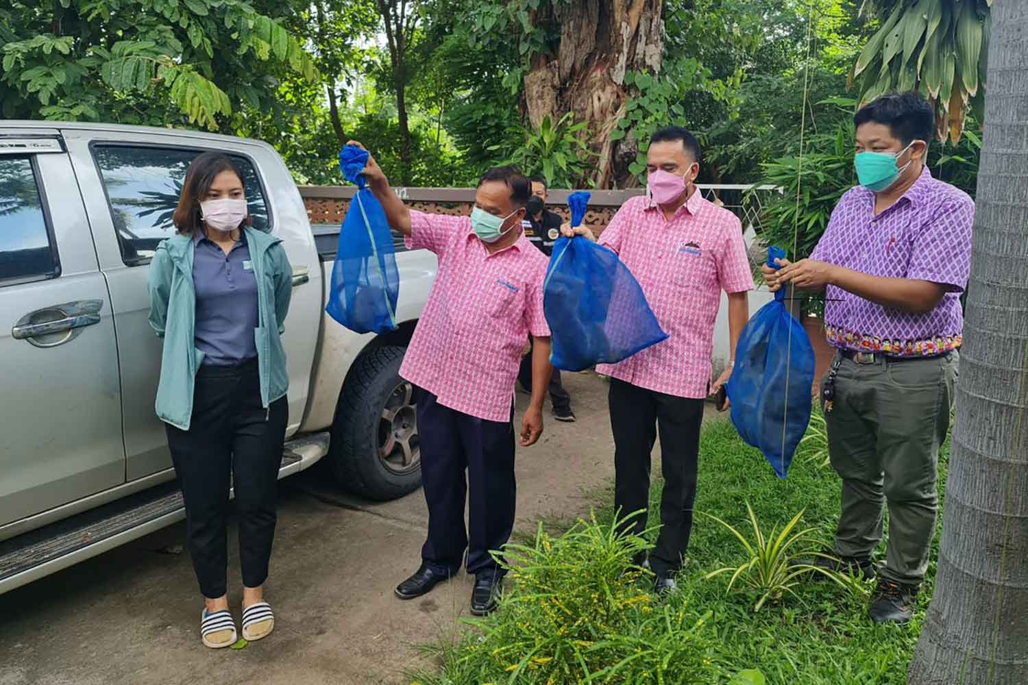 Department of National Parks, Wildlife and Plant Conservation Department officials with some the six macaques seized from the house of a wildlife trader in Pathum Thani's Lam Luk Ka district on Wednesday. (Photo: Chalit Poomruang)