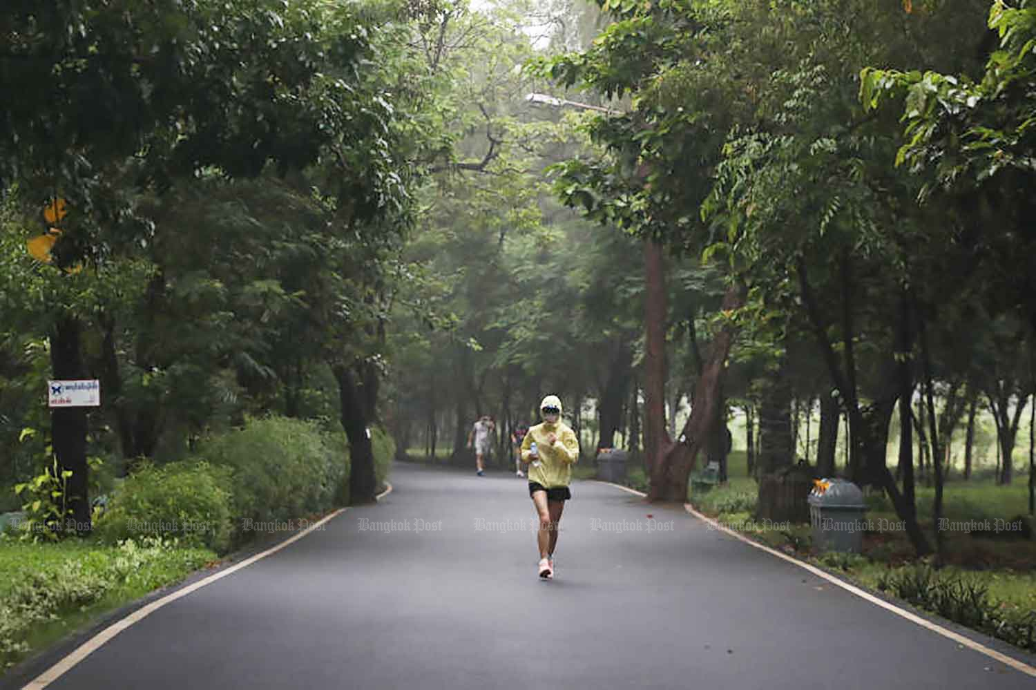 Joggers exercise on Wednesday at Vachirabenjatas Park or Suan Rot Fai in Chatuchak district of Bangkok. The park has welcomed back visitors and joggers now that some social restrictions have been eased. (Photo: Arnun Chonmahatrakool)