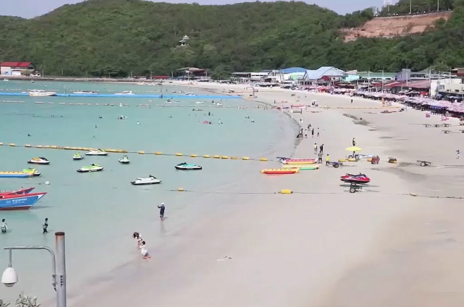 The beach at Koh Lan has not been very crowded on the first few days of eased travel restrictions. (Photo: Chaiyot Pupattanapong)