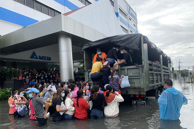 Soldiers evacuate workers at Delta Electronic Plc from one of its factories at the Bang Poo Industrial Estate in Muang district of Samut Prakan on Aug 29. (Photo: Sutthiwit Chayutvorakan)