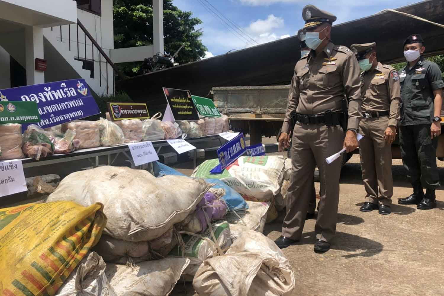 Bundles of frozen food seized on Monday night in Nakhon Phanom's That Phanom district, on display in front of the marine police station. Four Lao men were arrested as they loaded the goods onto a boat to smuggle them across the Mekong River to Laos. (Photo: Pattanapong Sripiachai)