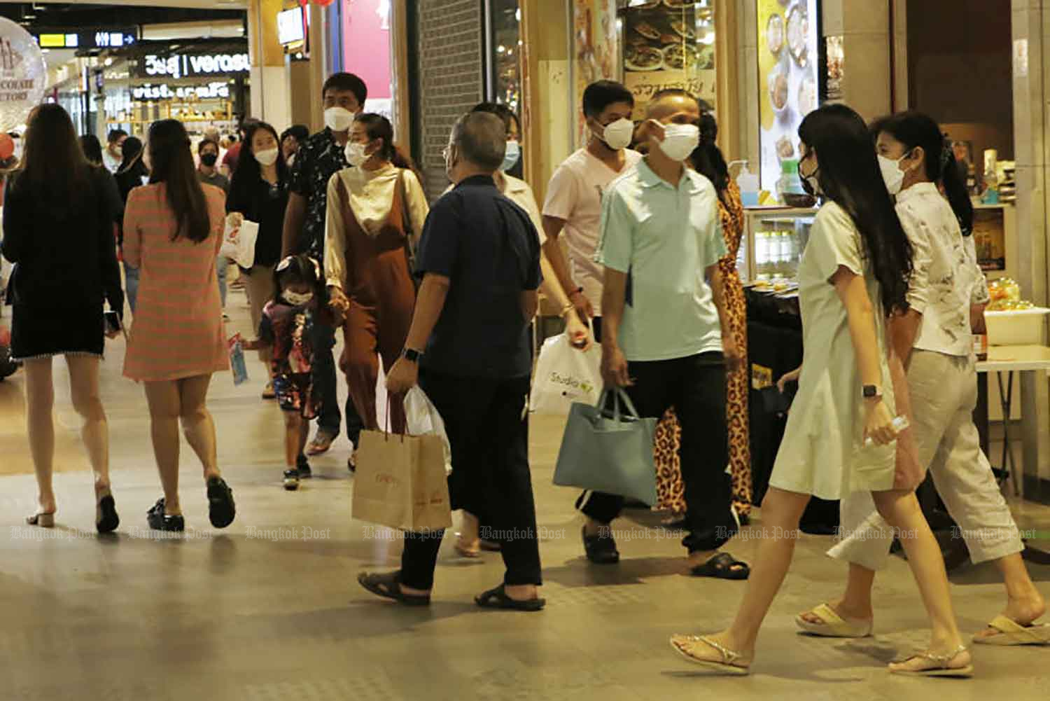 Customers at a shopping centre in Pathum Thani operating under Covid-19 controls on Tuesday. (Photo: Apichit Jinakul)