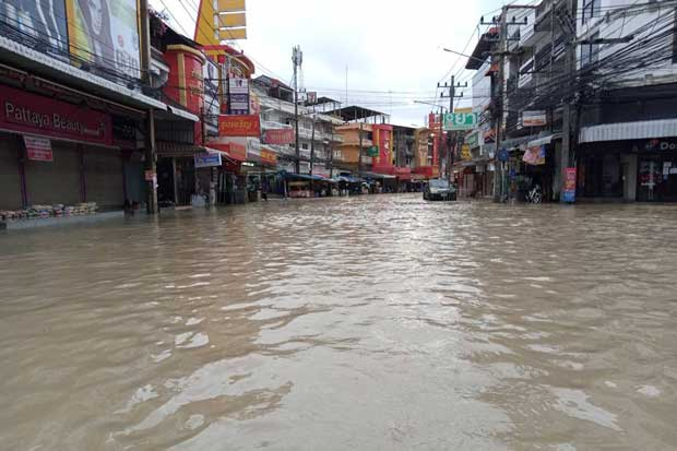 Downtown Pattaya flooded again, this time on Wednesday morning after an overnight downpour. (Photo from @padlomcool Twitter account)