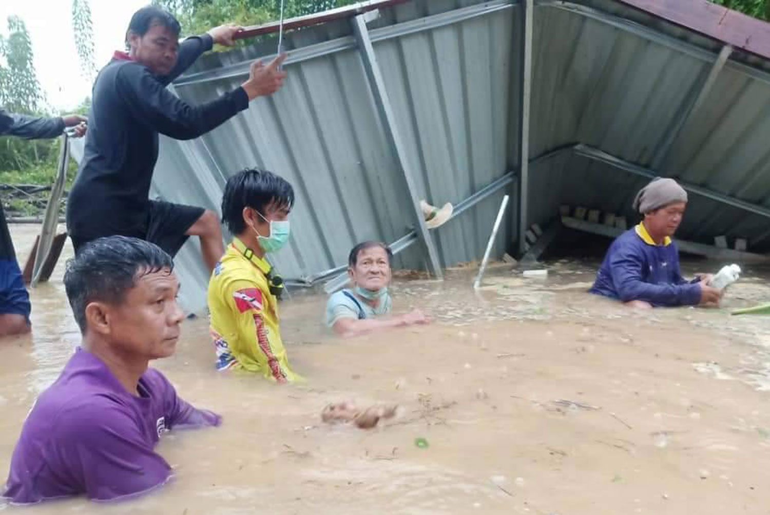 Rescuers work to free the trapped elderly man from the wreckage of his collapsed kitchen, in the Yom River on Thursday morning.  (Photo: Chinnawat Singha)
