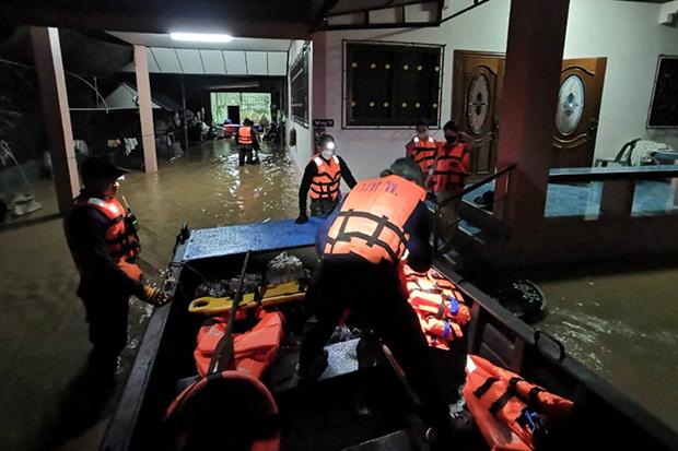 Soldiers evacuate people to higher ground after a flashflood in Lom Sak district in Phetchabun on Thursday night. (Photo: Sunthorn Wongwarakhom)
