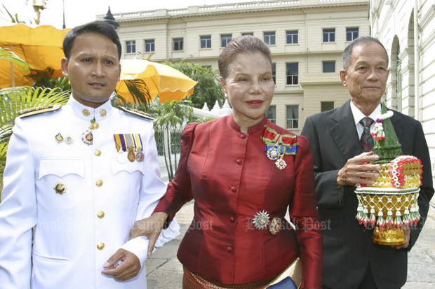 Khunying Wimon Siriphaibun, best known by her pen name Thommayanti, at the Grand Palace with her family to receive the Order of the Chula Chom Klao Class on May 5, 2005. (Post Today photo)