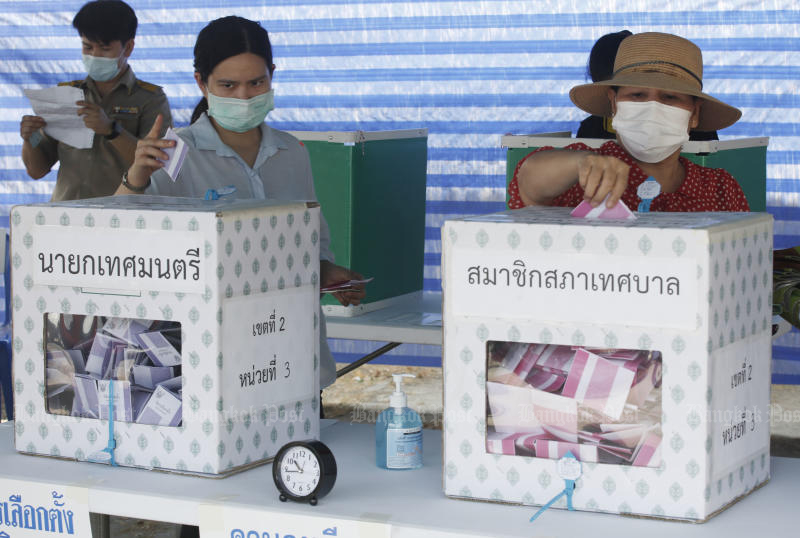 Voters cast their ballots at a polling station in Pathum Thani on March 21 this year, when elections were held for 2,472 municipalities nationwide. The next elections will be for tambon administration organisations, on Nov 28. (Photo: Apichit Jinakul)