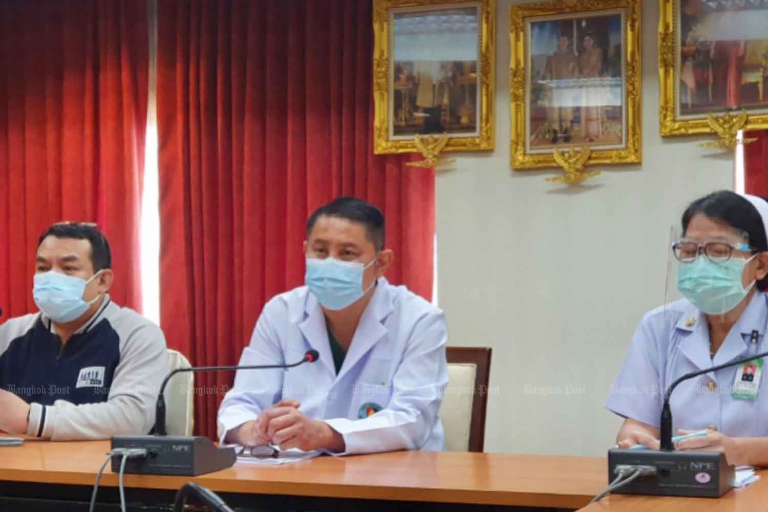 Dr Kampol Muangsaen, director of Veterans General Hospital, centre, holds a press conference on Tuesday, calling on protesters who gather at nearby Din Daeng intersection not to disrupt medical services at the hospital. (Photo: Wassana Nanuam)