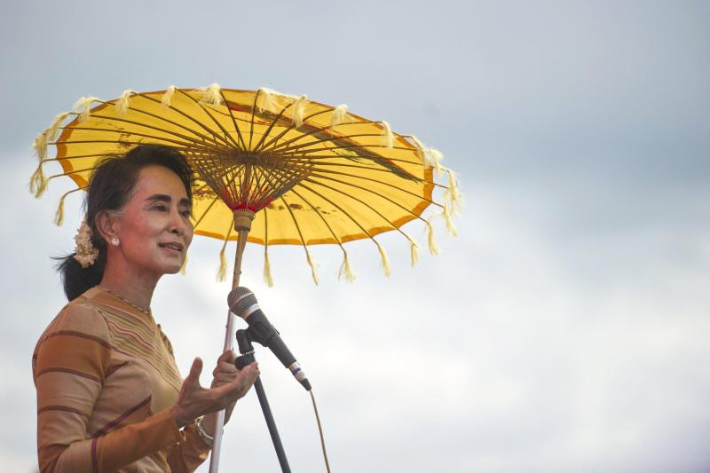 FILE PHOTO: National League for Democracy chairperson Aung San Suu Kyi delivers a speech during a voter education campaign at the Hsiseng township in Shan State,  Sept 5, 2015. (Reuters)